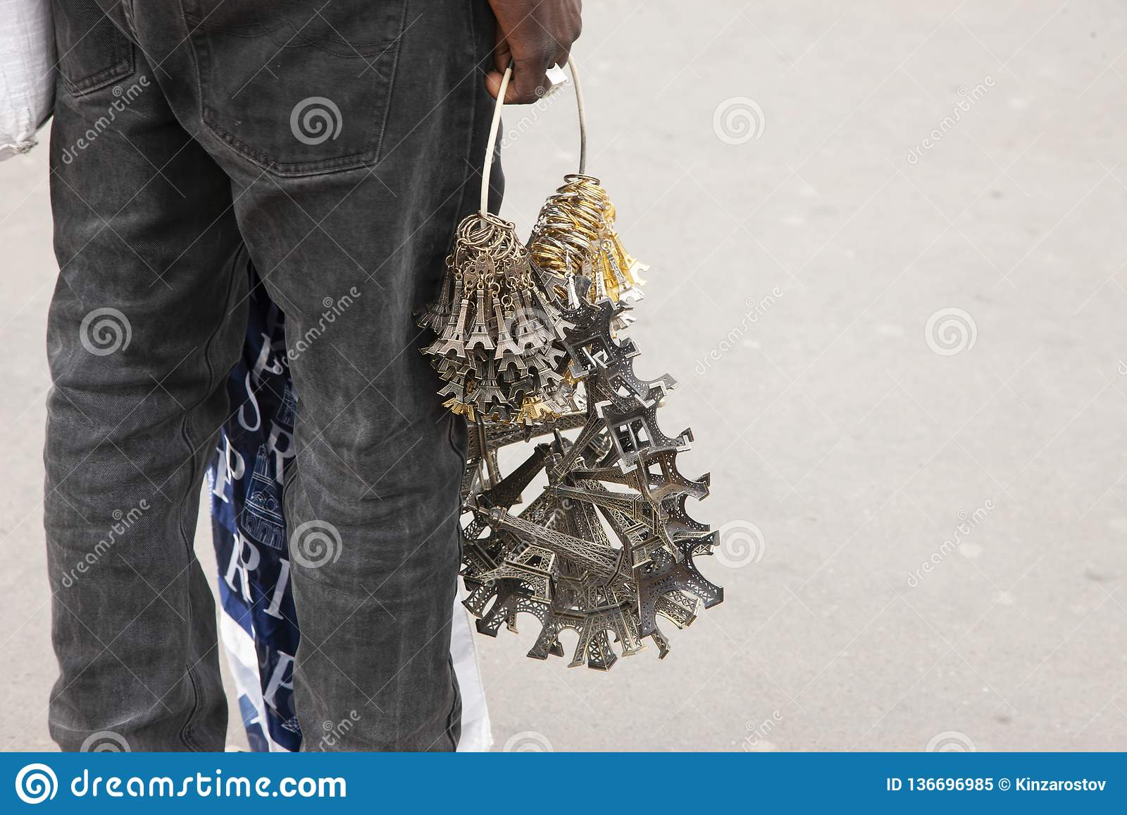 Париж, Франция - 12-ое апреля 2011: Африканские иммигранты продают сувениры