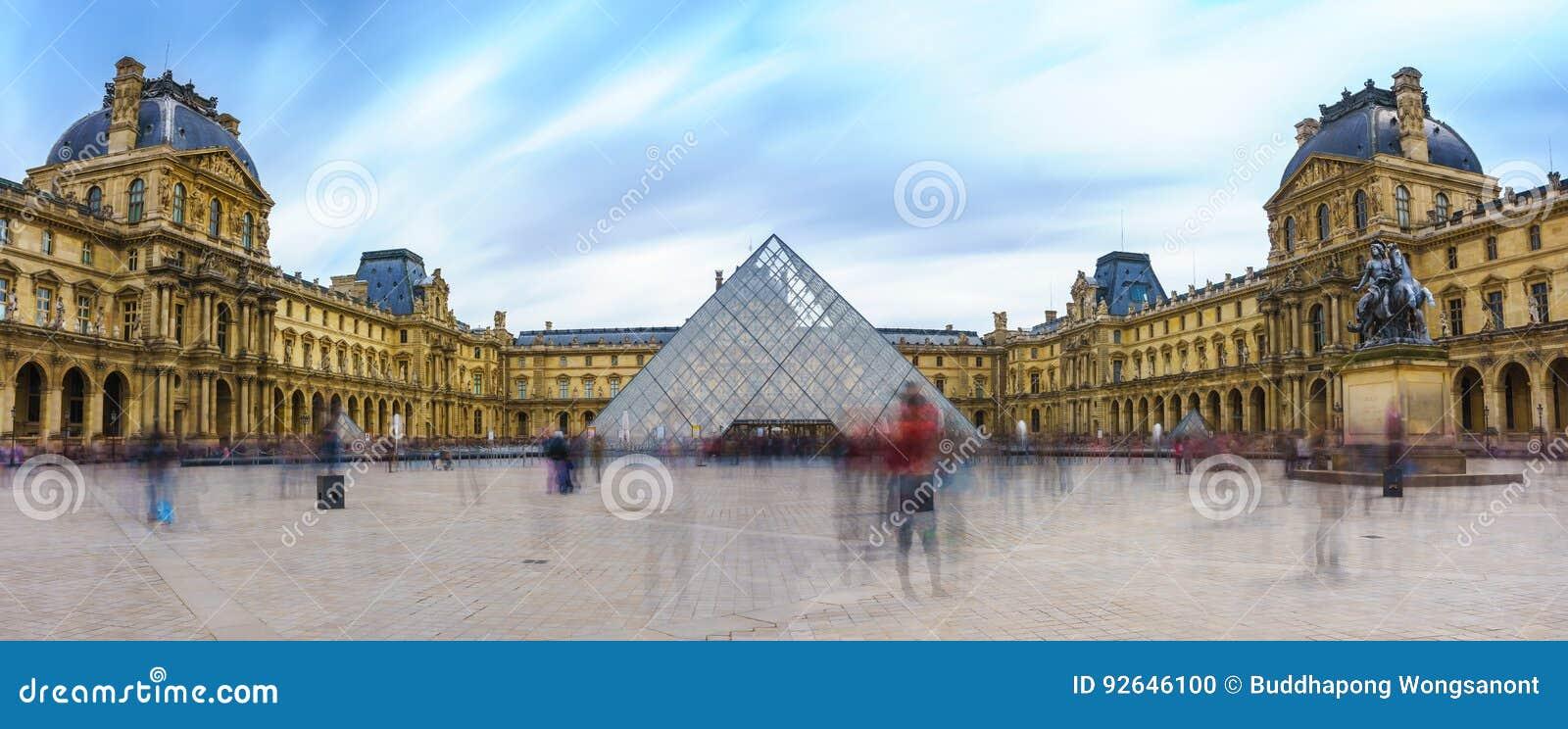 Париж, Франция - 1-ое мая 2017: Панорамный взгляд Лувра