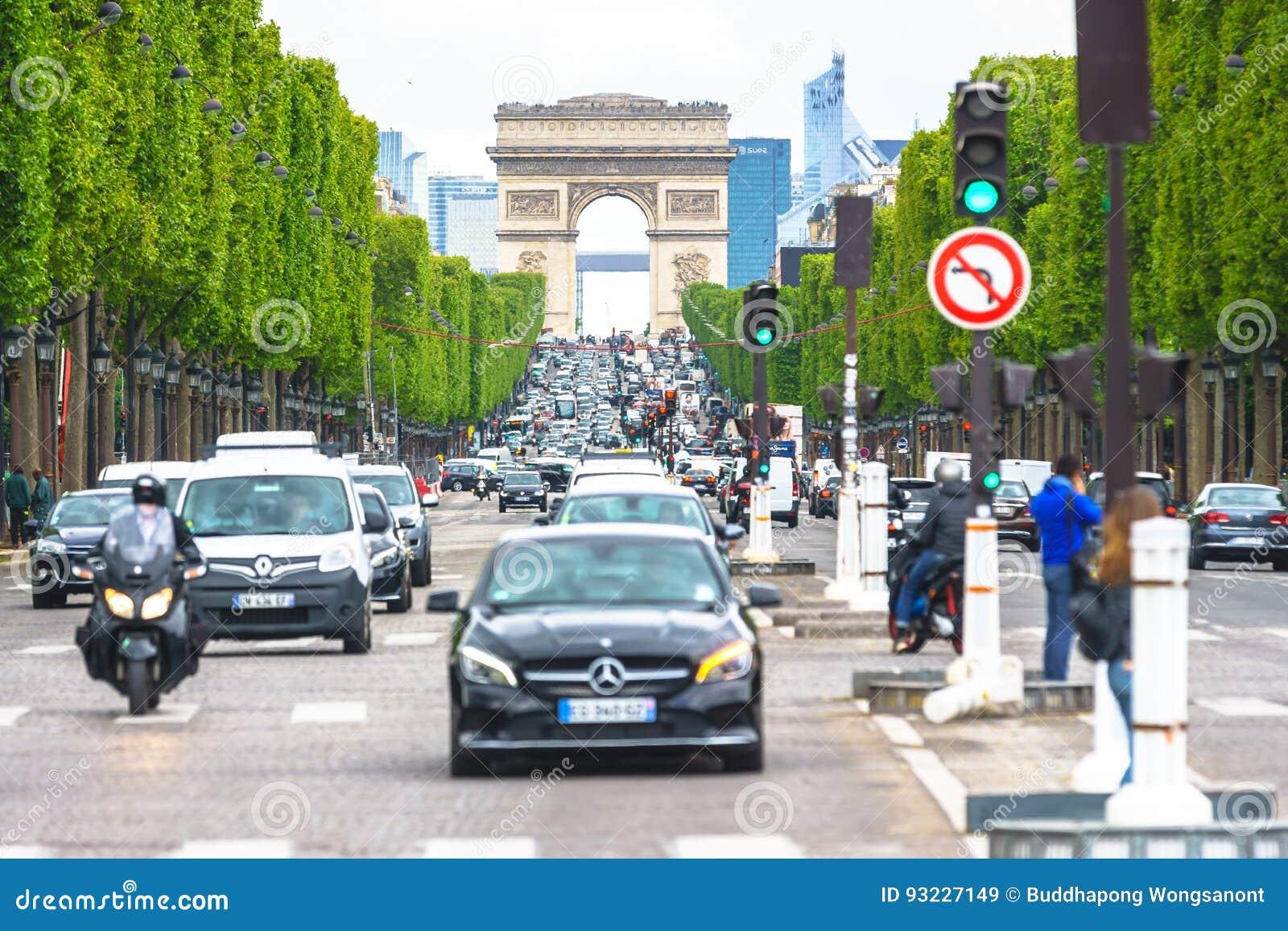 Париж, Франция - 3-ье мая 2017: Условия дорожного движения чемпионов-E