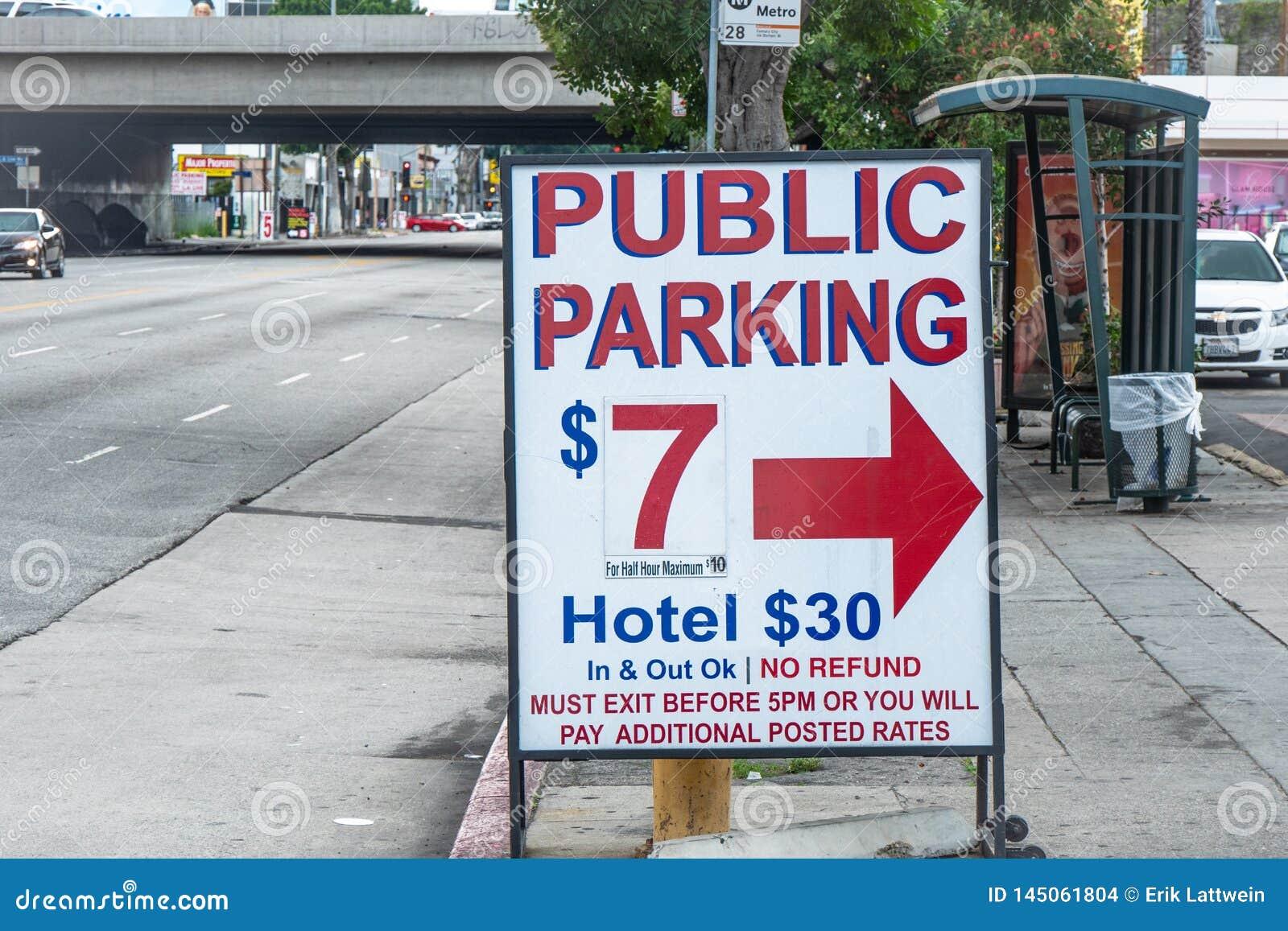 Парковка в Staples Center Лос-Анджелесе - КАЛИФОРНИЯ, США - 18-ОЕ МАРТА 2019