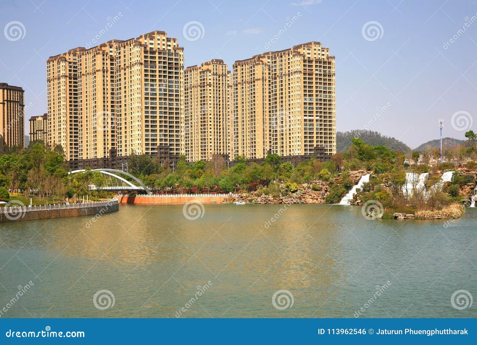 Парк водопада Kunming в Kunming, Китае стал самым большим парком водопада в Азии