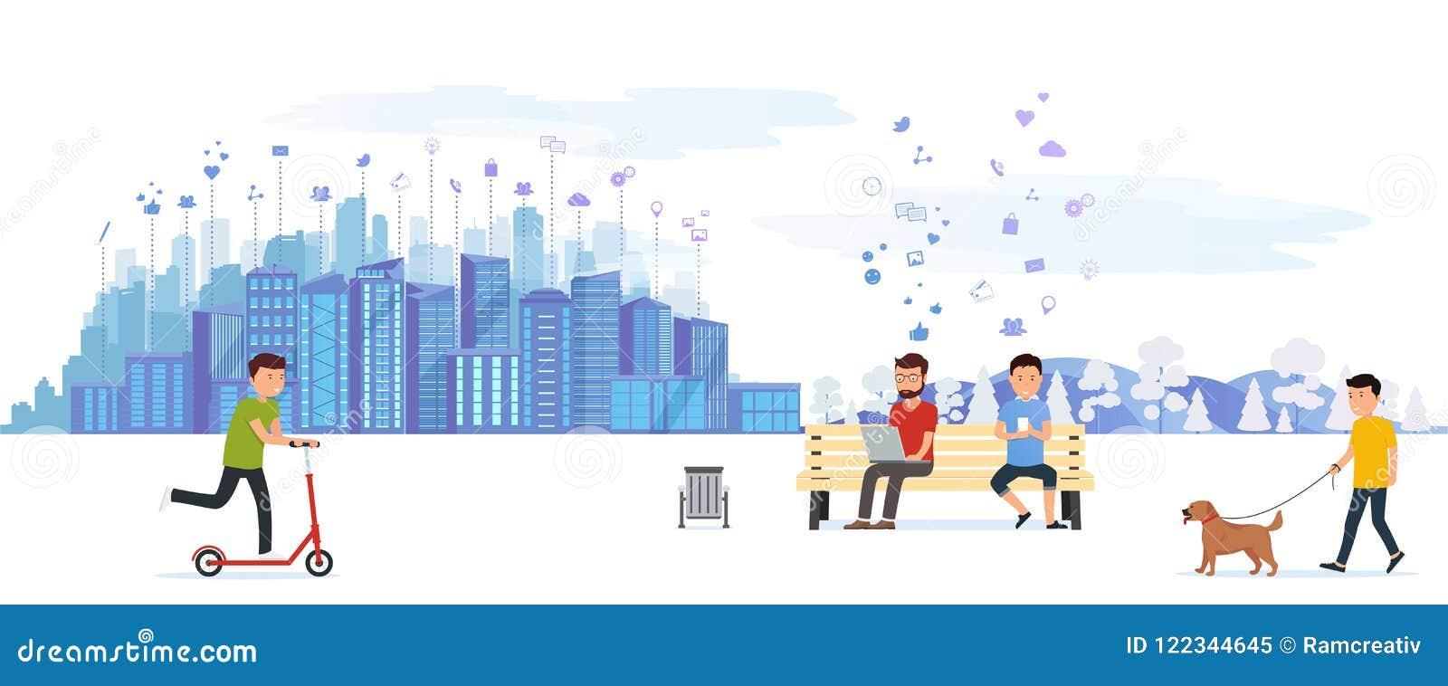 Парк города при различные люди имея на мероприятиях на свежем воздухе отдыха, управляющ на самокате, идти собаки