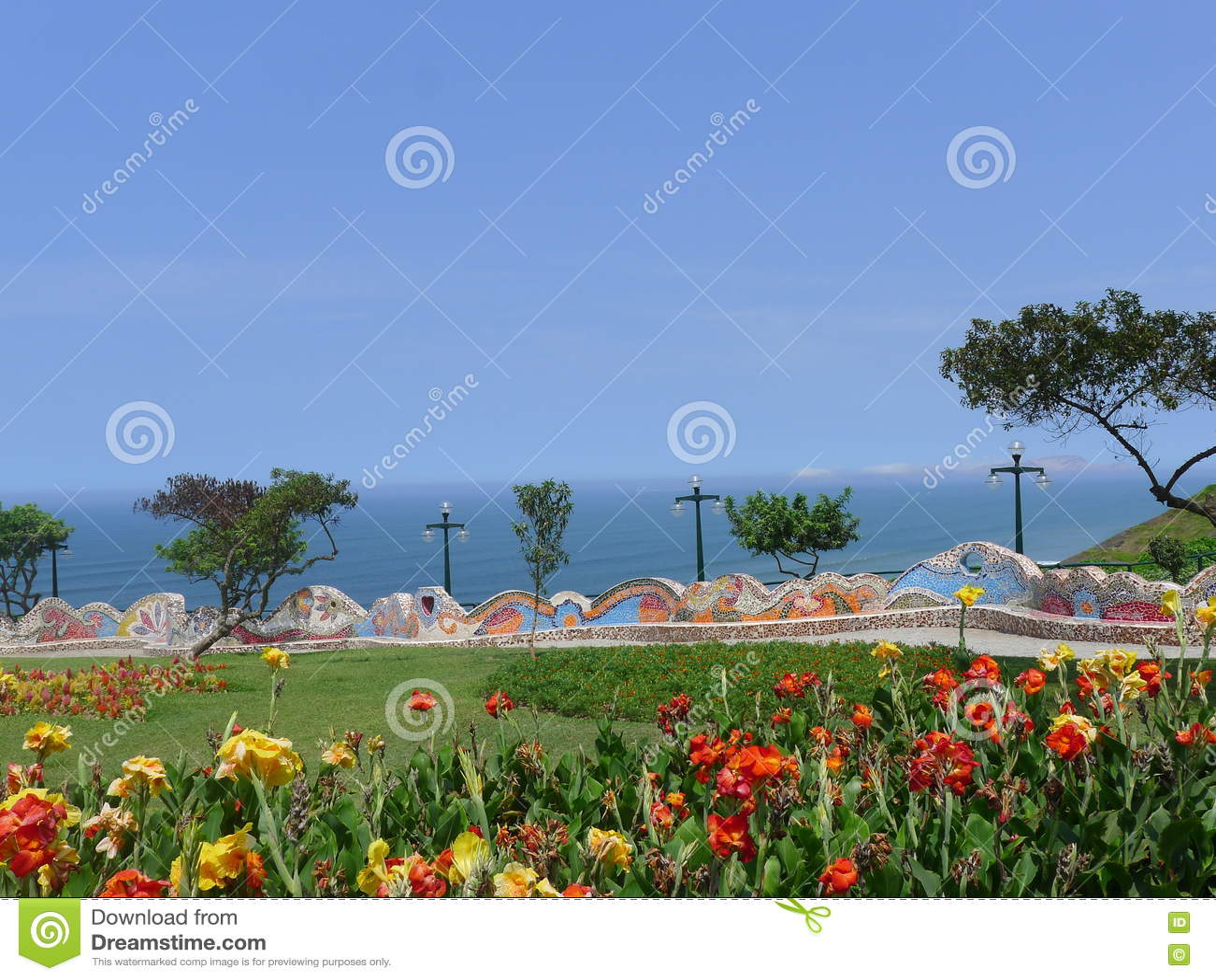 Парк с богато украшенным крыть черепицей черепицей стендом в районе Miraflores Лимы