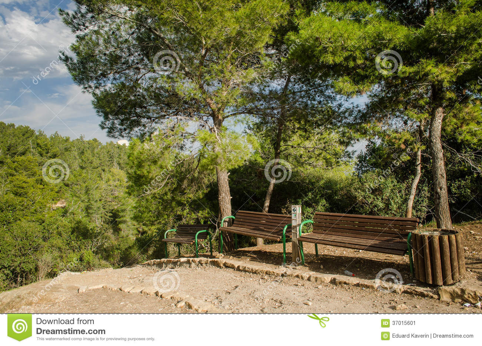 Парк с прикрепленным на петлях мостом. Израиль