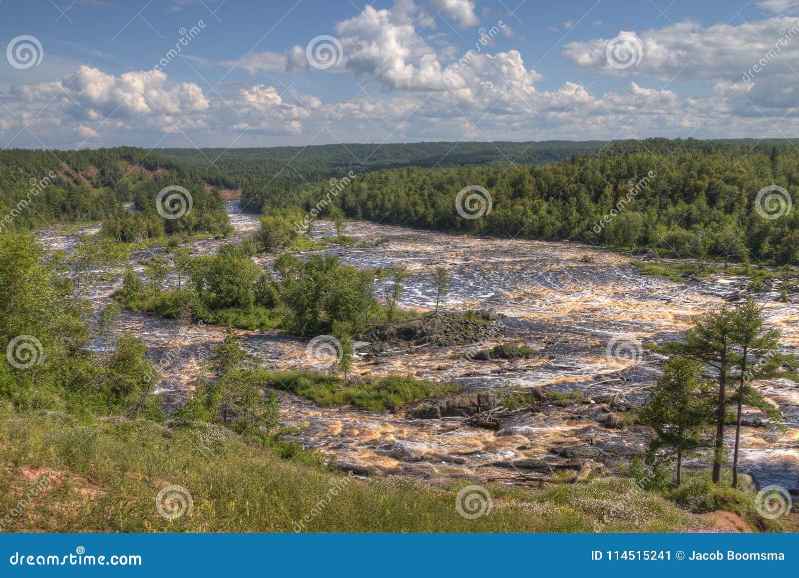 Парк штата Джэй Cooke на реке Сент-Луис к югу от Дулута в Минесоте