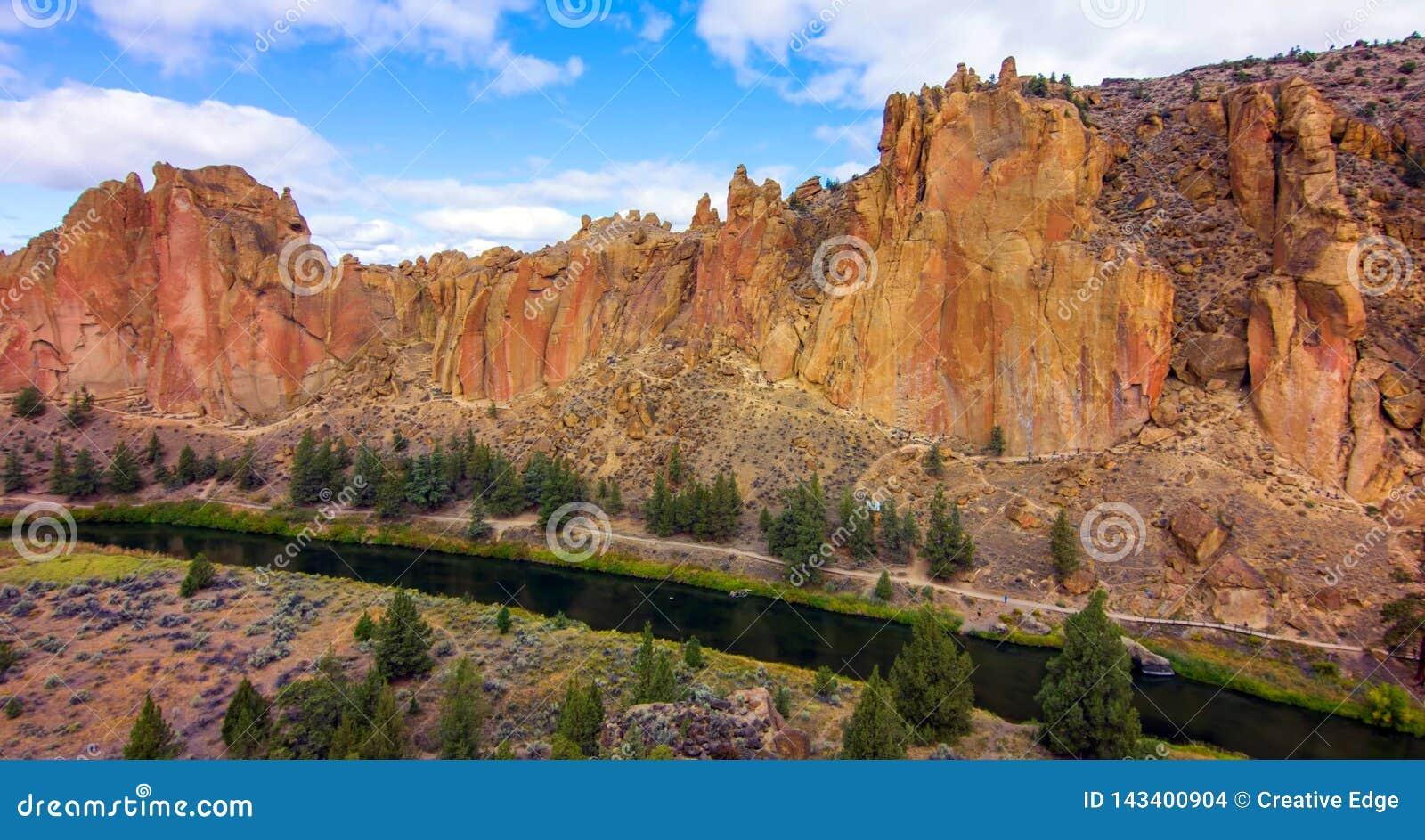 Парк штата утесов Смита, популярная зона скалолазания в центральном Орегоне около Terrebonne