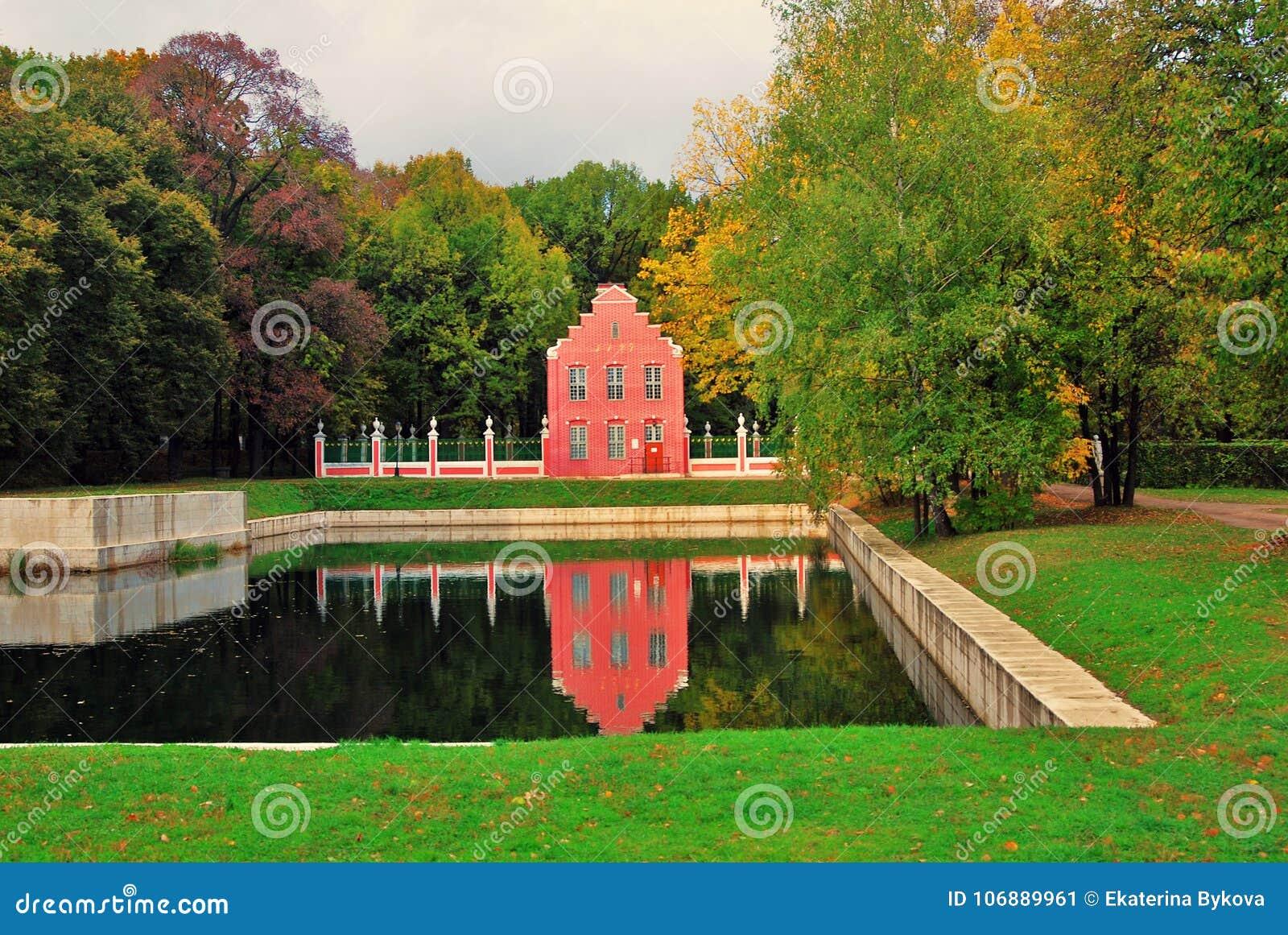 Парк Kuskovo в Москве голландская дом Природа и пруд осени