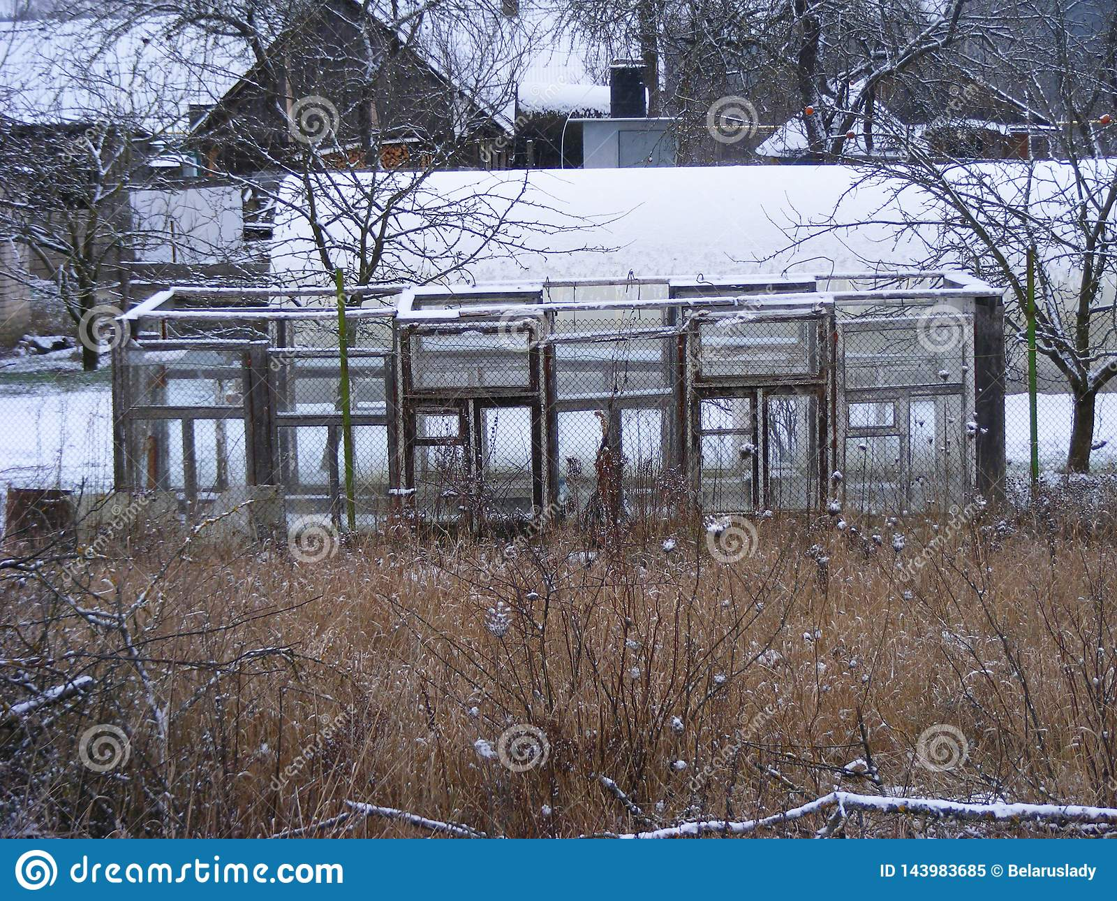 Парник окон в сельском ландшафте, садовничая органической концепции Оранжерея в трущобе деревни Концепция экологичности земледели