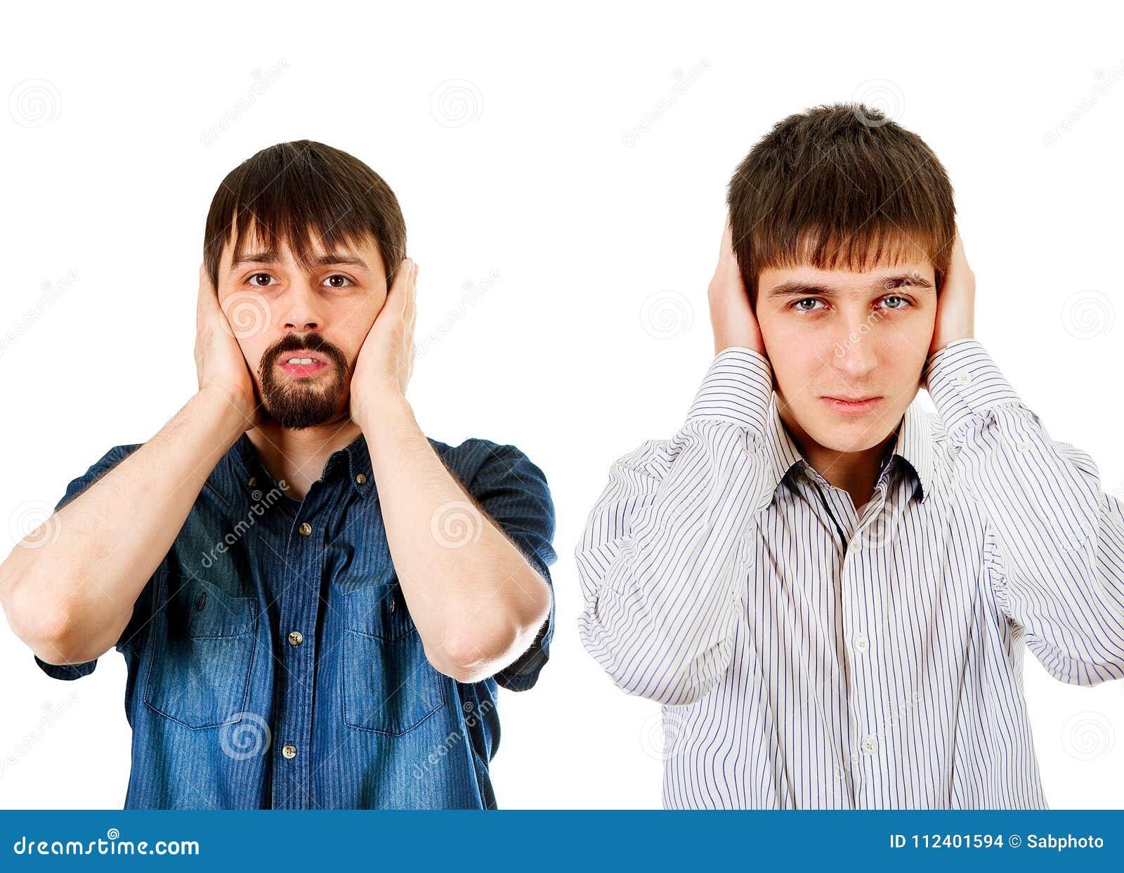 Парни закрывают уши