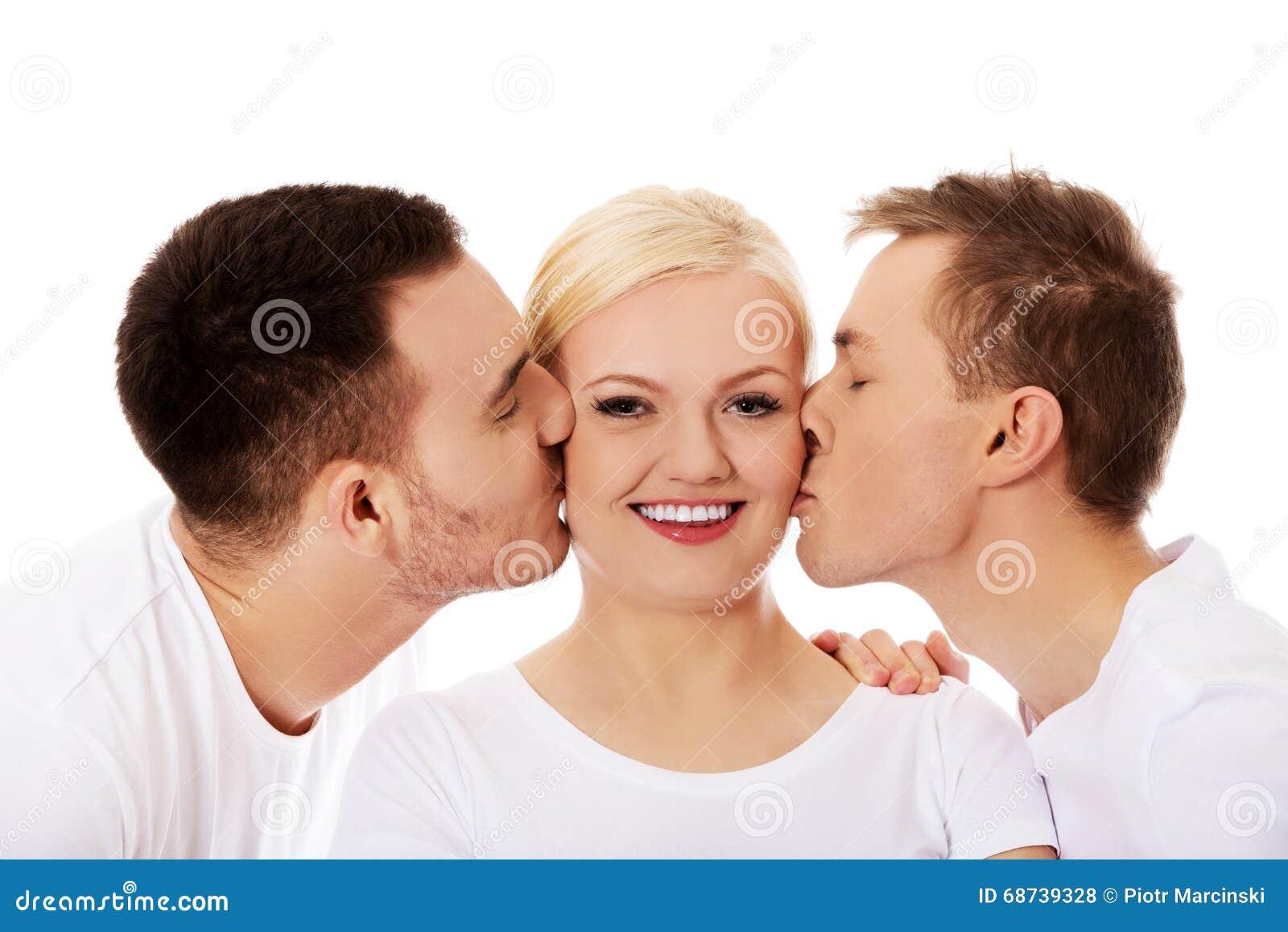 2 парня целуя щеки женщины друга
