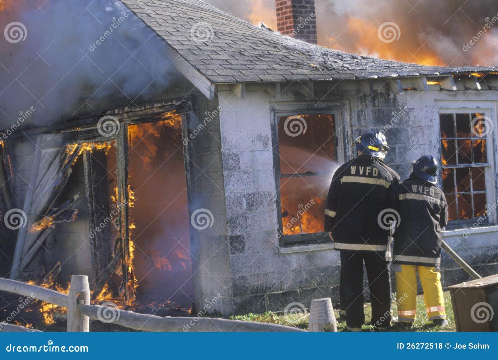 Паровозные машинисты одевая в вне дом пожар