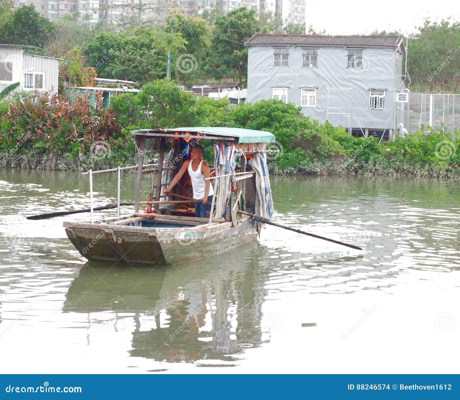 Паромная переправа по канату в пруде в традиционном рыбацком поселке
