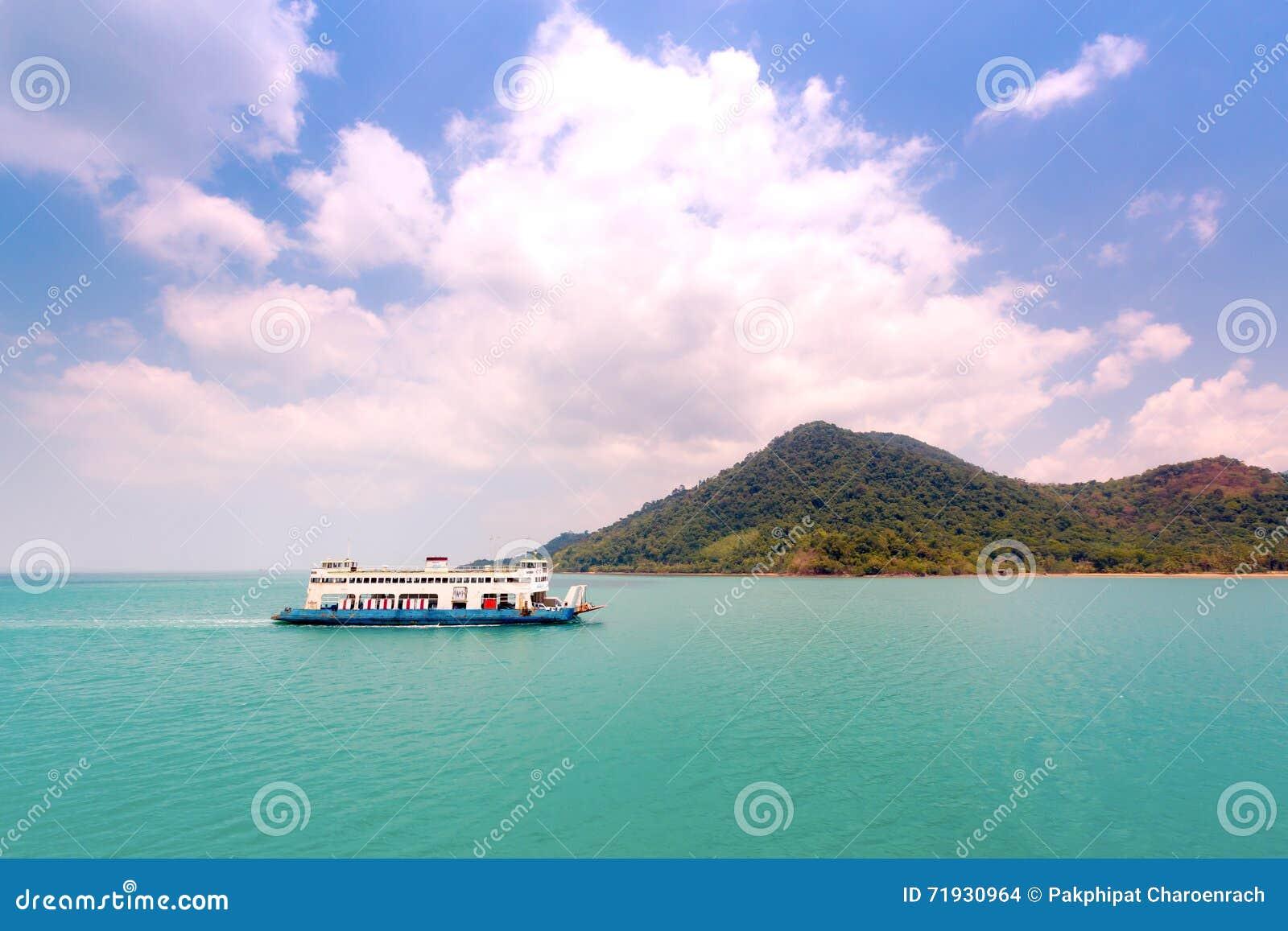 Паром возглавляя к острову