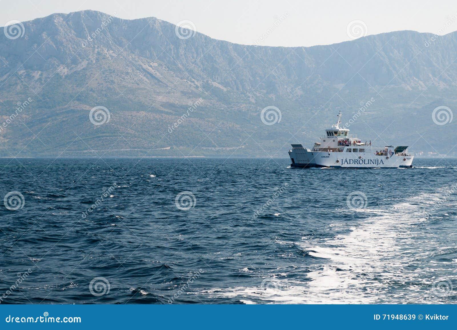 Паром компании Jadrolinija около острова Hvar в Хорватии