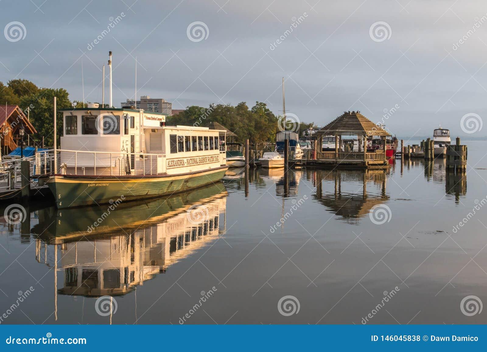 Паром отдыхая в гавани - Александрия VA, Потомак, США