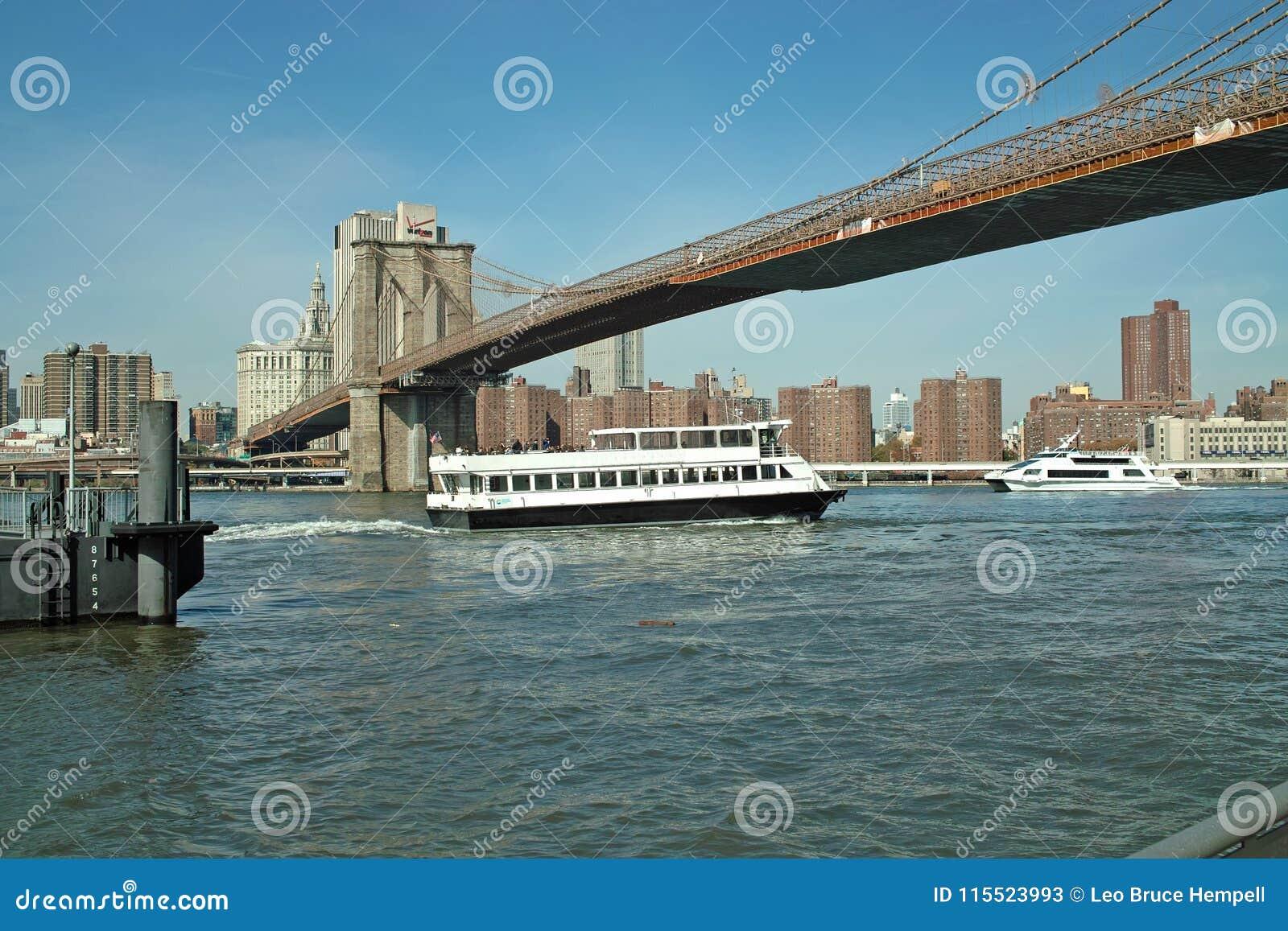 Паром под Бруклинским мостом, Нью-Йорк, США