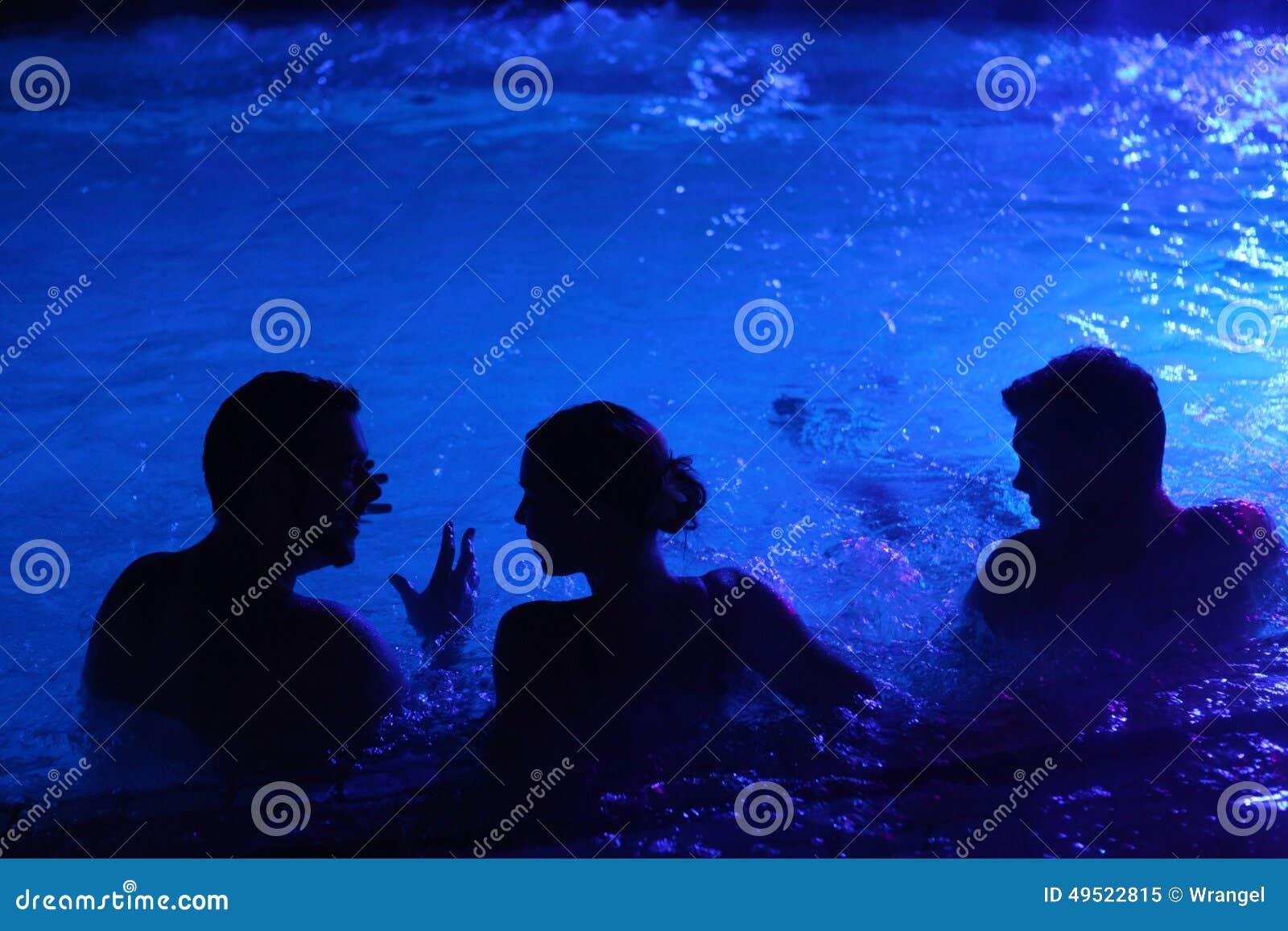 Партия ночи в термальной ванне в Будапеште, Венгрии