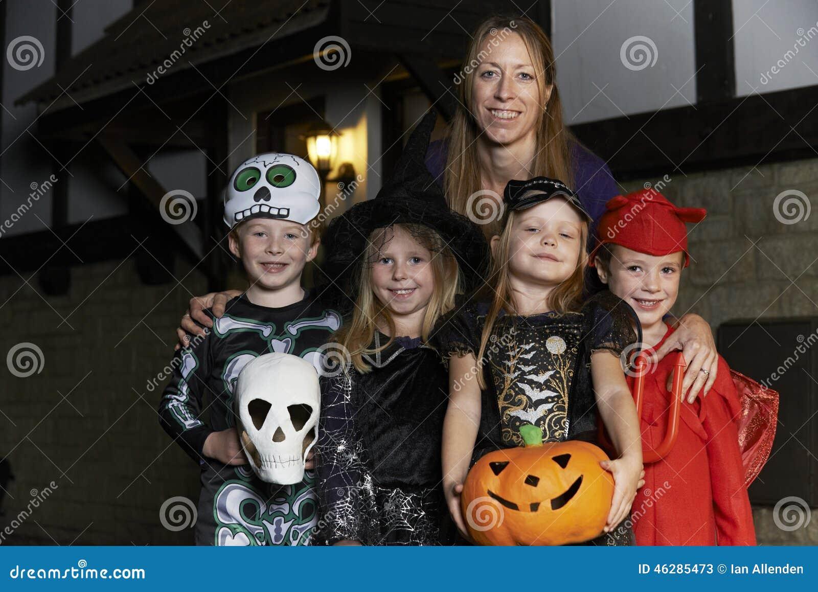 Партия хеллоуина с фокусом или обрабатывать детей в костюме с