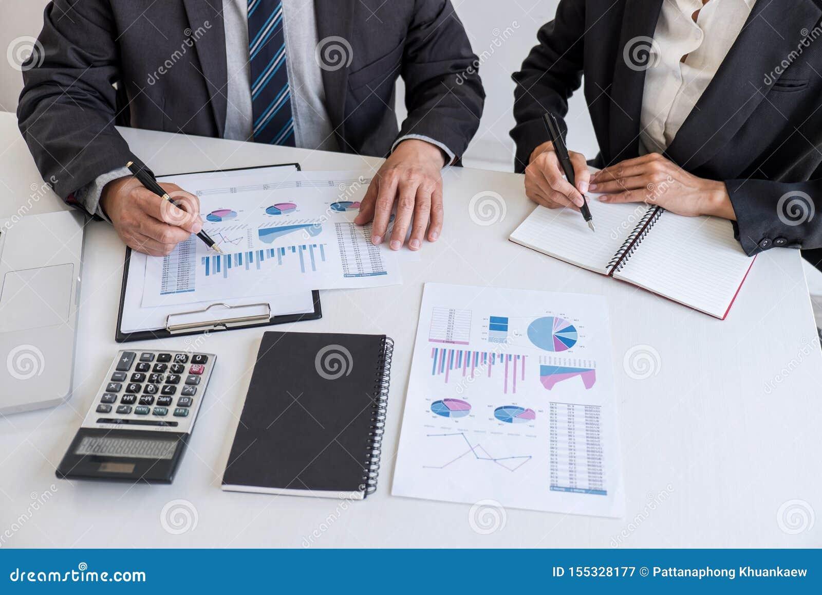 Партнер команды дела встречая деятельность и переговоры анализируя с представлением диаграммы финансовых данных и отчета о роста