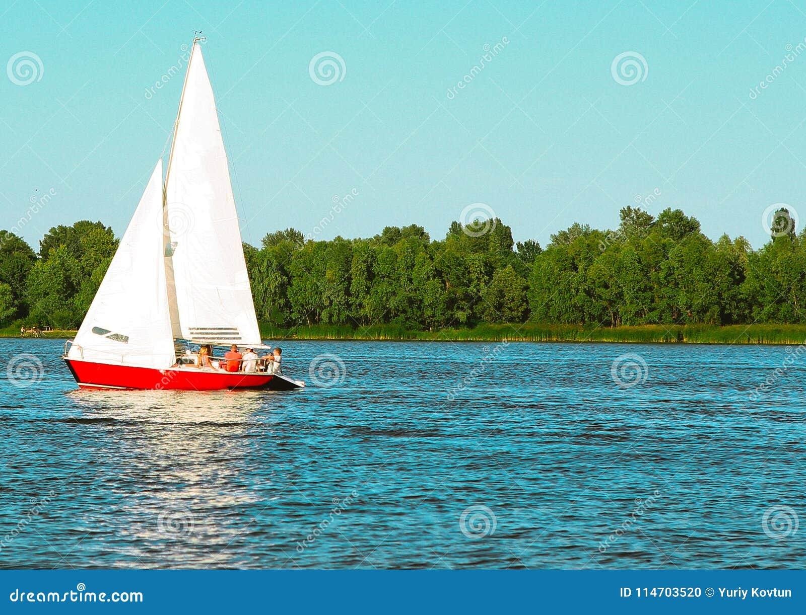 Парусник яхты двигает вдоль ветрила воды поднятого экипажем