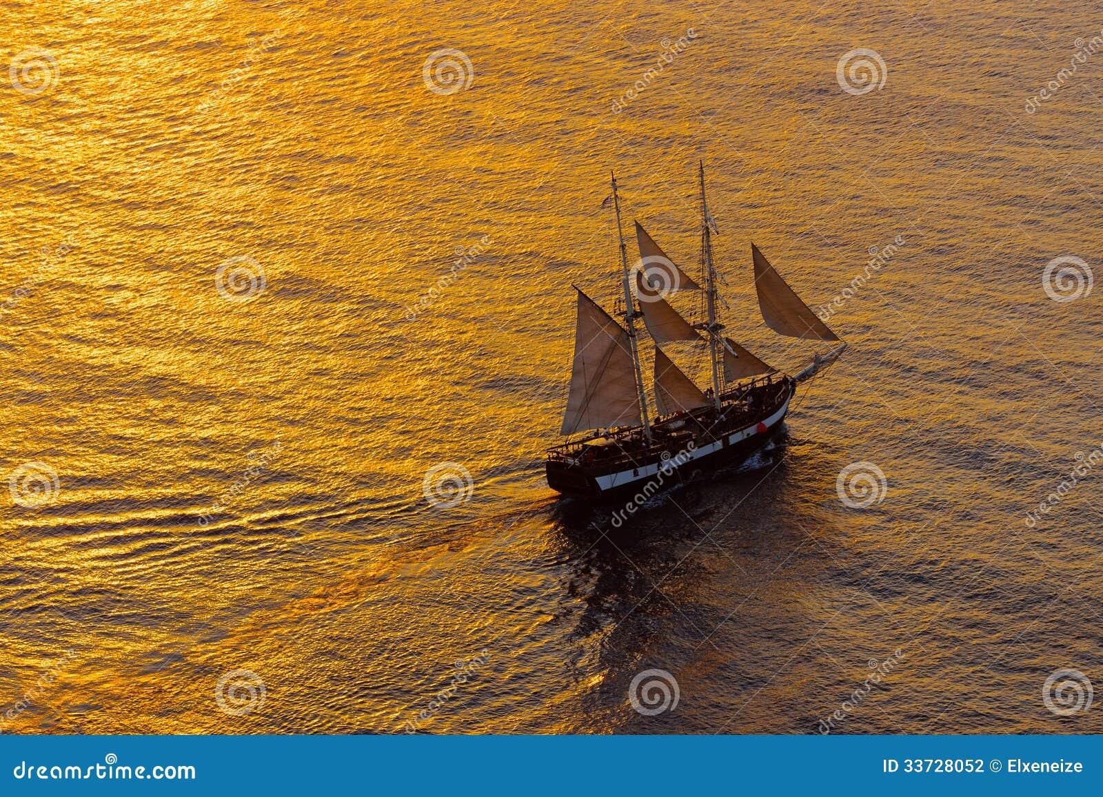 Парусное судно в вечере