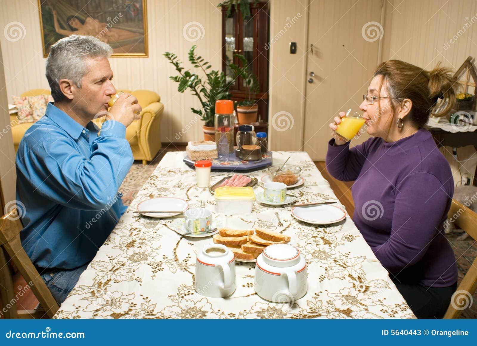 пары выпивая горизонтальную таблицу сока