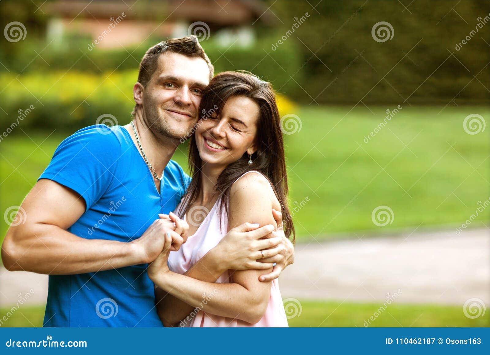 Пары в влюбленности счастливы о покупать новый дом, концепцию семьи