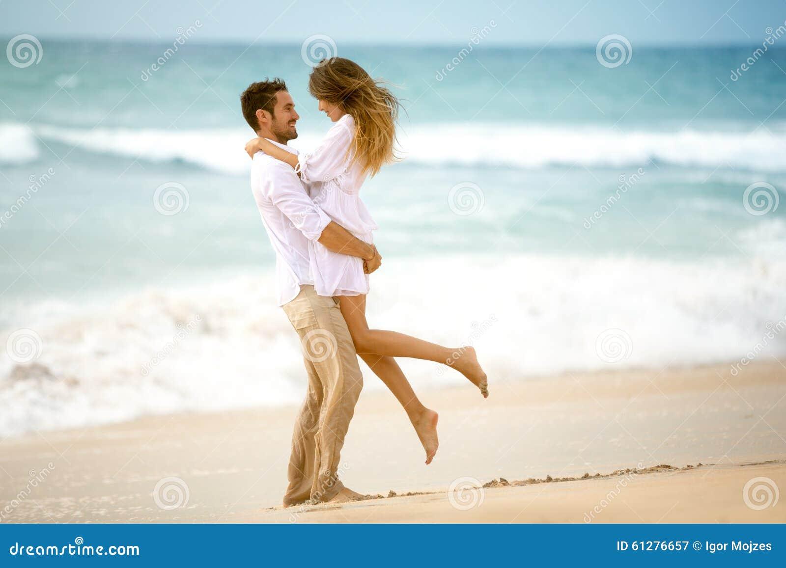 Пары в влюбленности на пляже