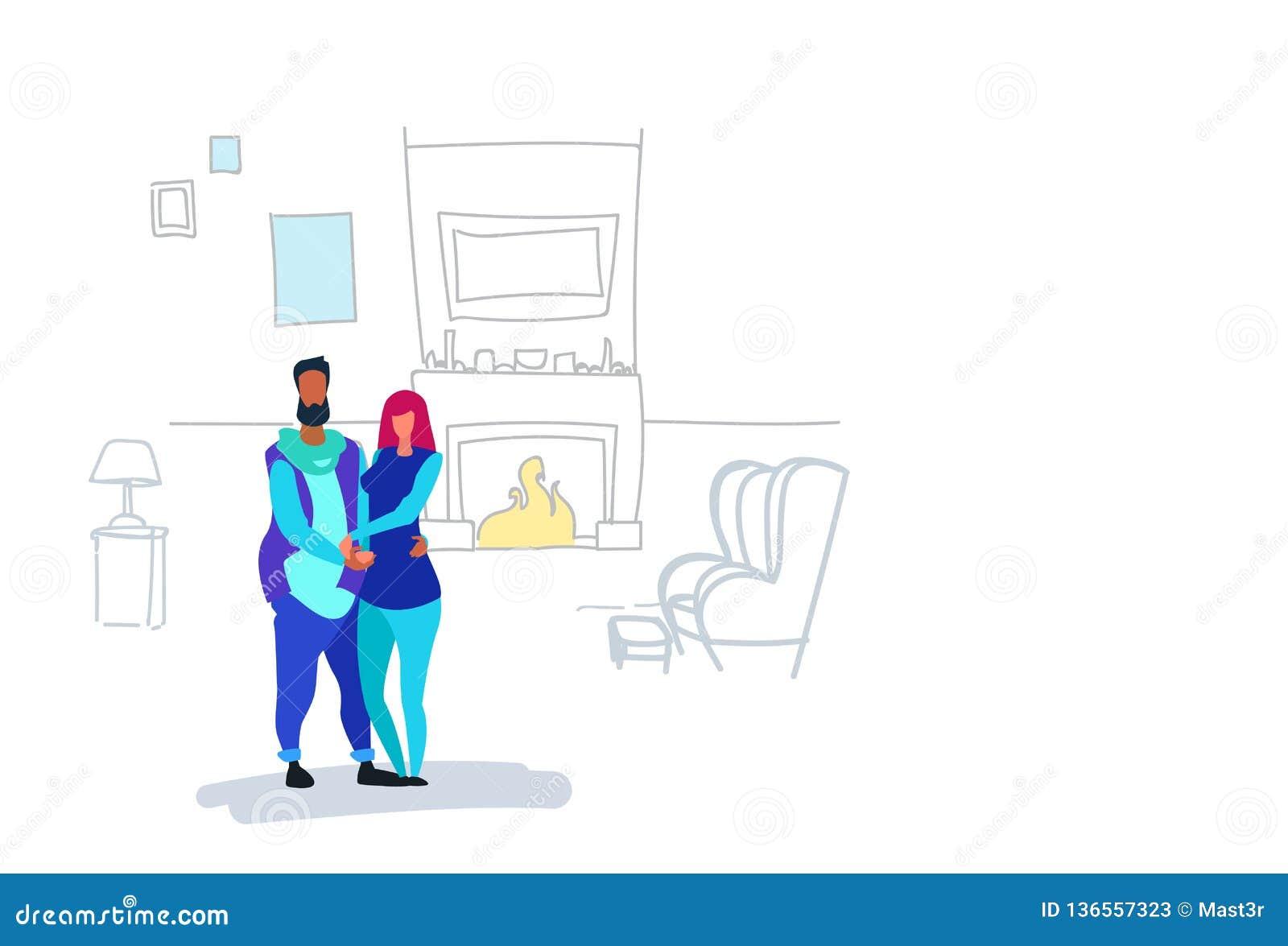 Пары в женщине человека любов обнимая положение совместно над украшенными характерами дома камина внутренними мужскими женскими в