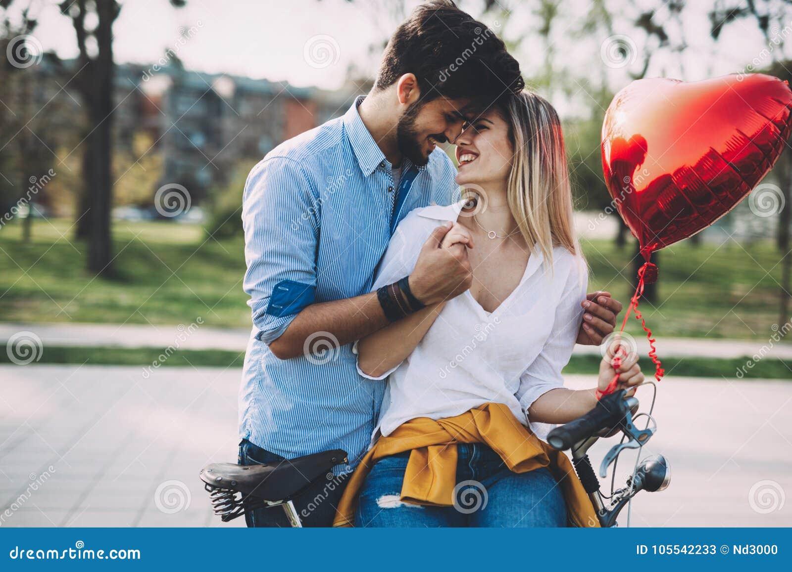 Пары в катании влюбленности bicycle в городе и датировка