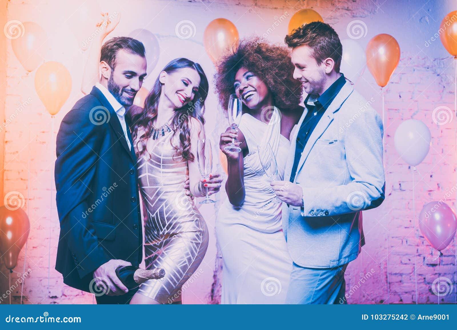 Пары в клубе празднуя танцы кануна Новых Годов в midnigh