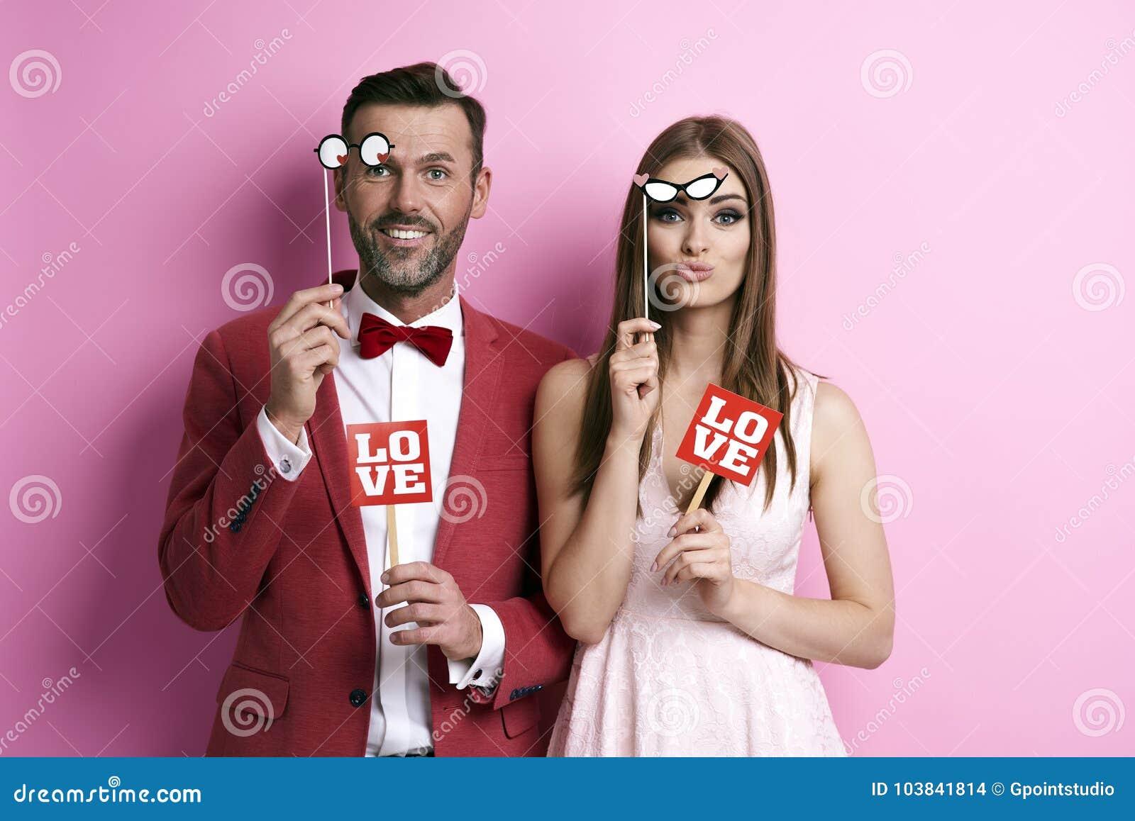 Пары делая фото в photobooth