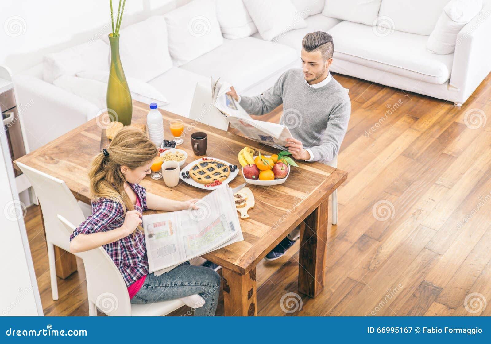 Пары делая завтрак дома