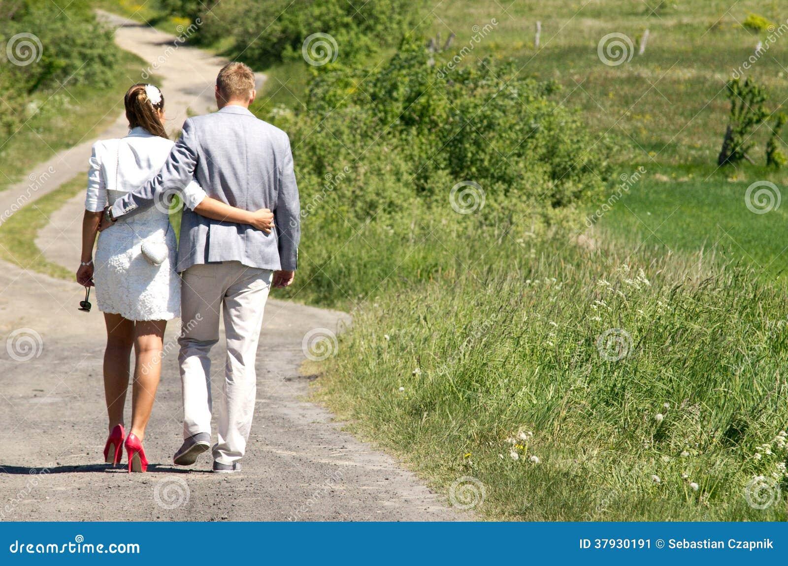 Пары идя в сельскую местность
