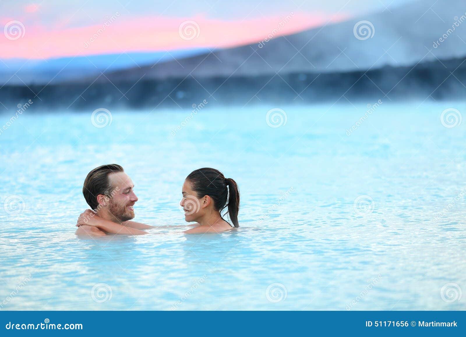 Пары Исландии геотермического курорта горячего источника романтичные