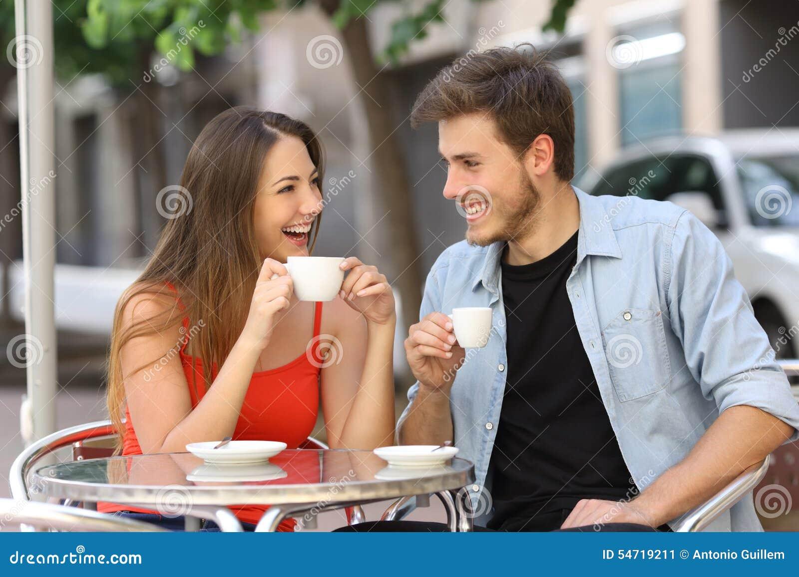 Пары или друзья говоря и выпивая в ресторане