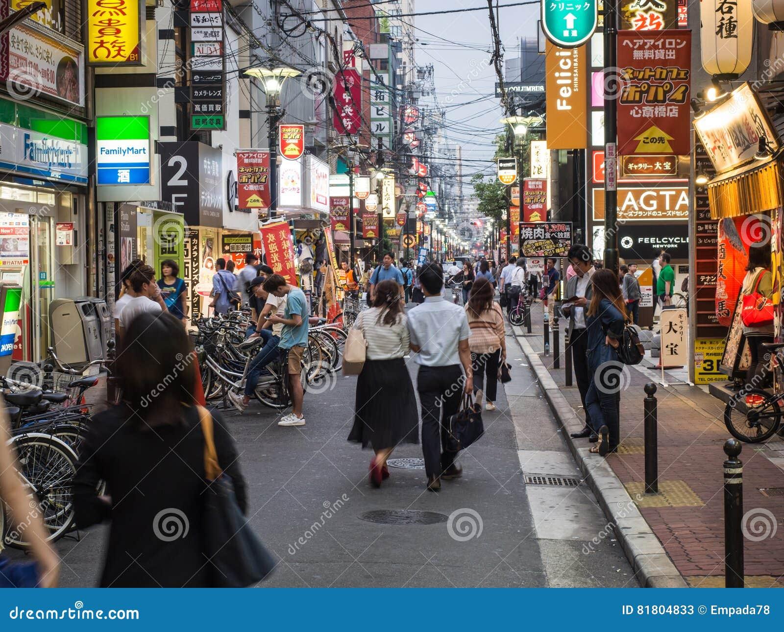 Пары идут вниз с улицы Осака