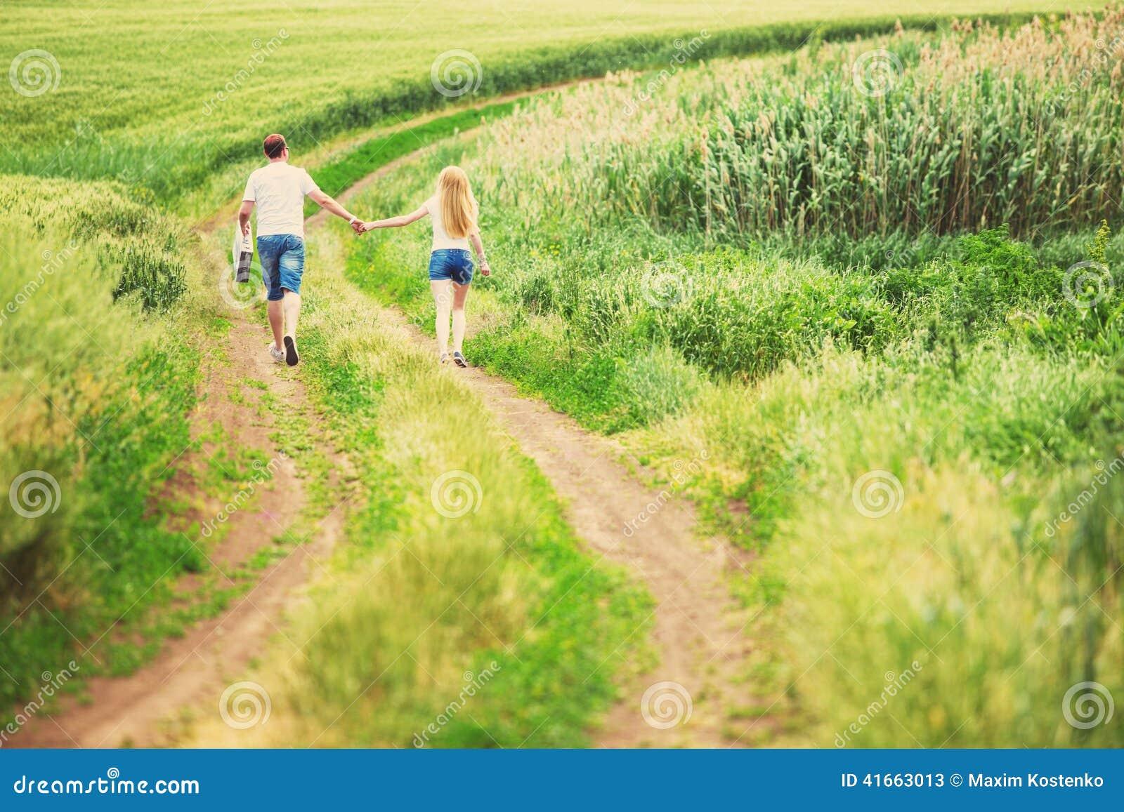 Пары идя в поле