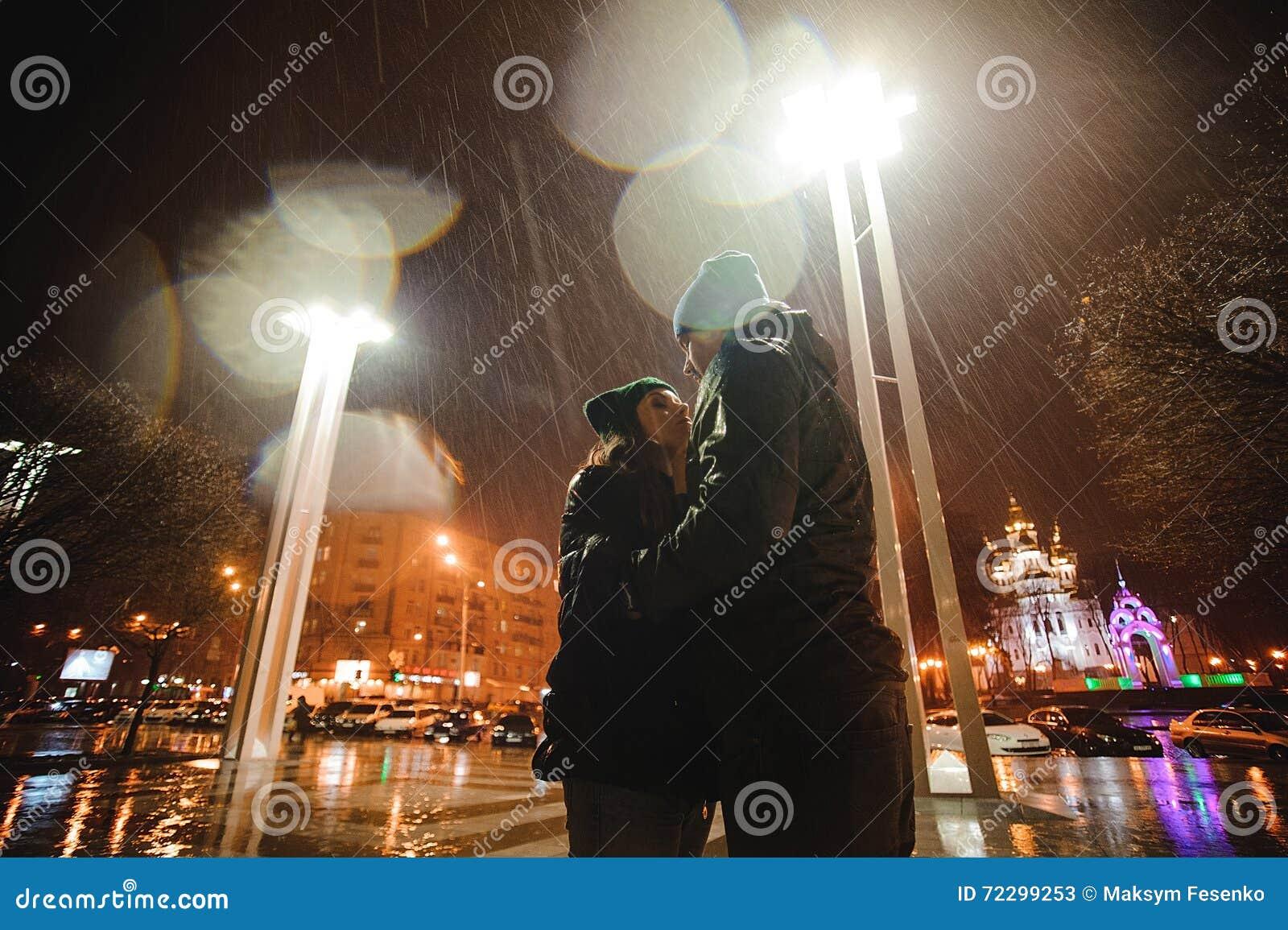 Download Пары идя через городок совместно на ночу Стоковое Изображение - изображение насчитывающей пары, прелюбодеяния: 72299253