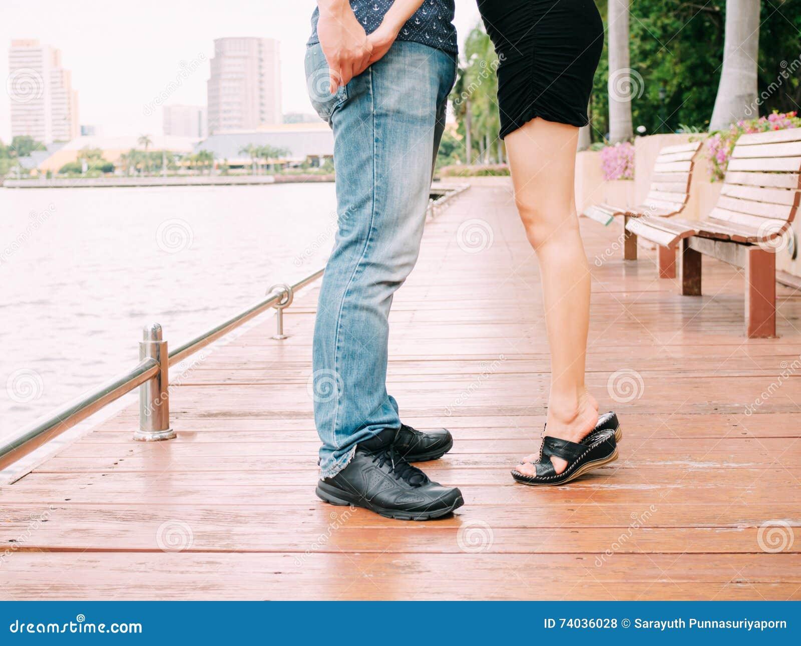 Скачать фотки целовать женские ноги фото 362-260