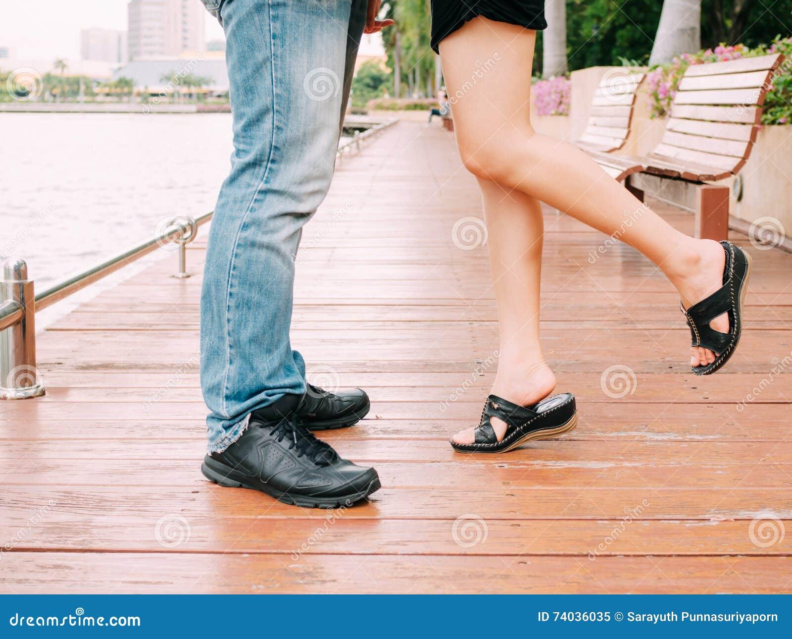 Скачать фотки целовать женские ноги фото 362-435