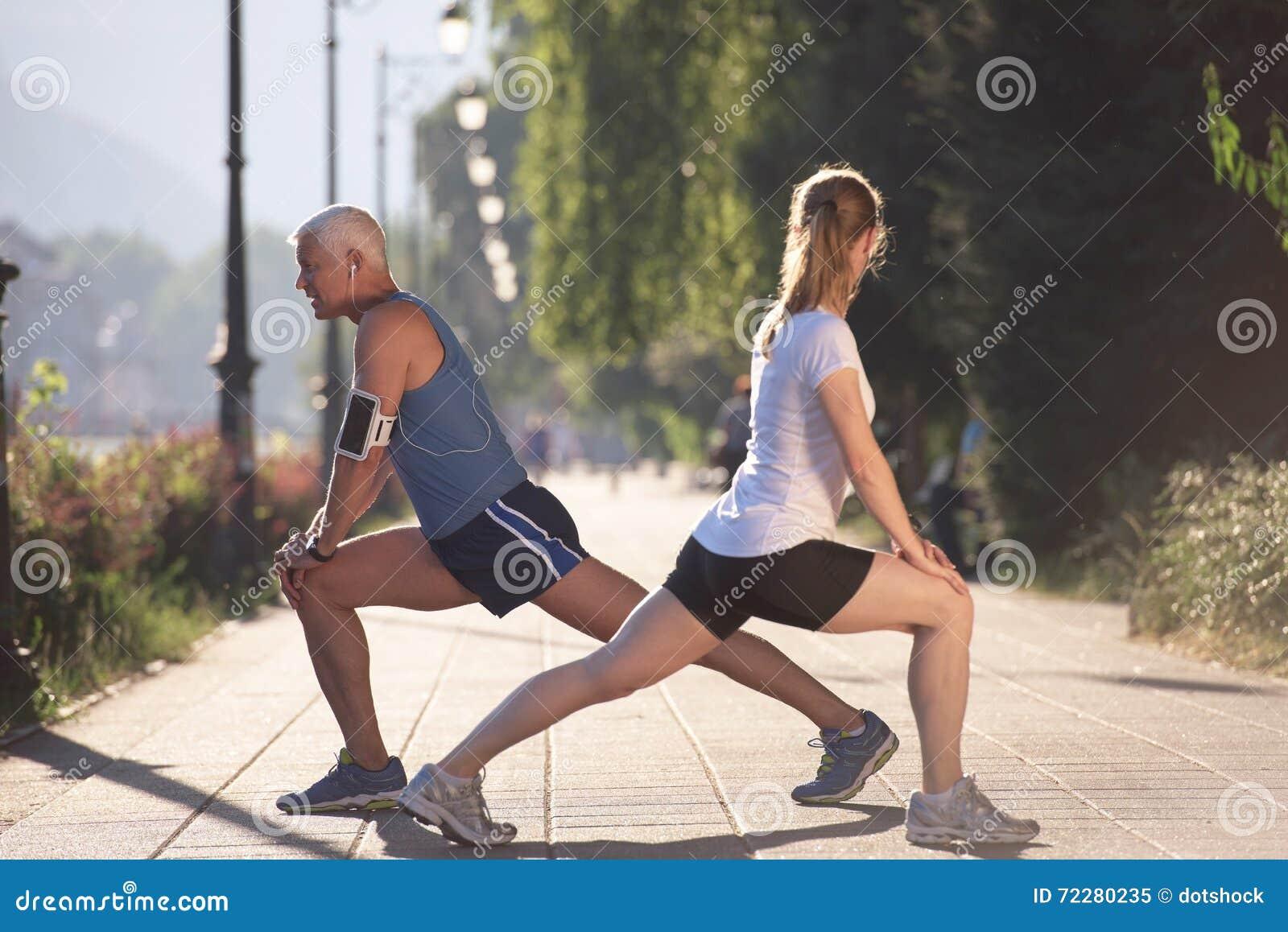 Download Пары нагревая и протягивая перед Jogging Стоковое Изображение - изображение насчитывающей персона, пригодность: 72280235