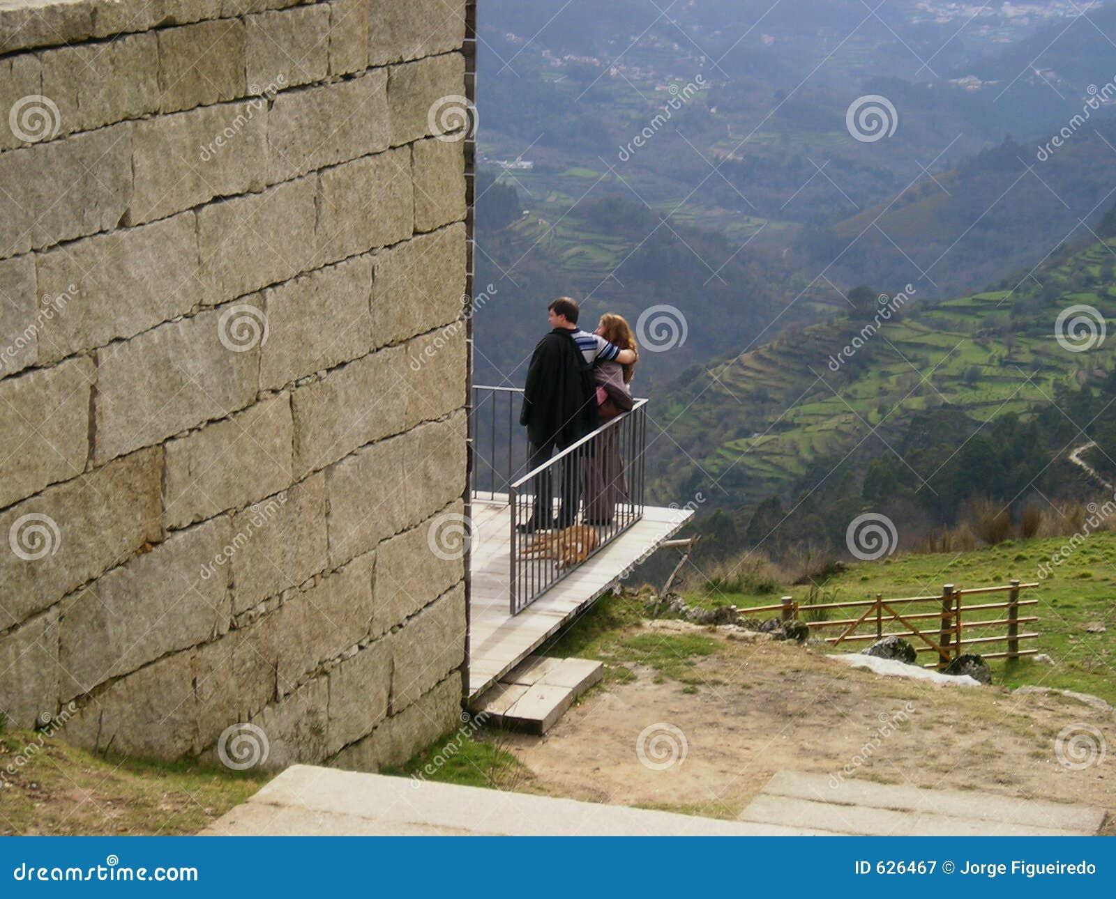 Download пары наслаждаясь ландшафтом Стоковое Изображение - изображение насчитывающей гора, поля: 626467