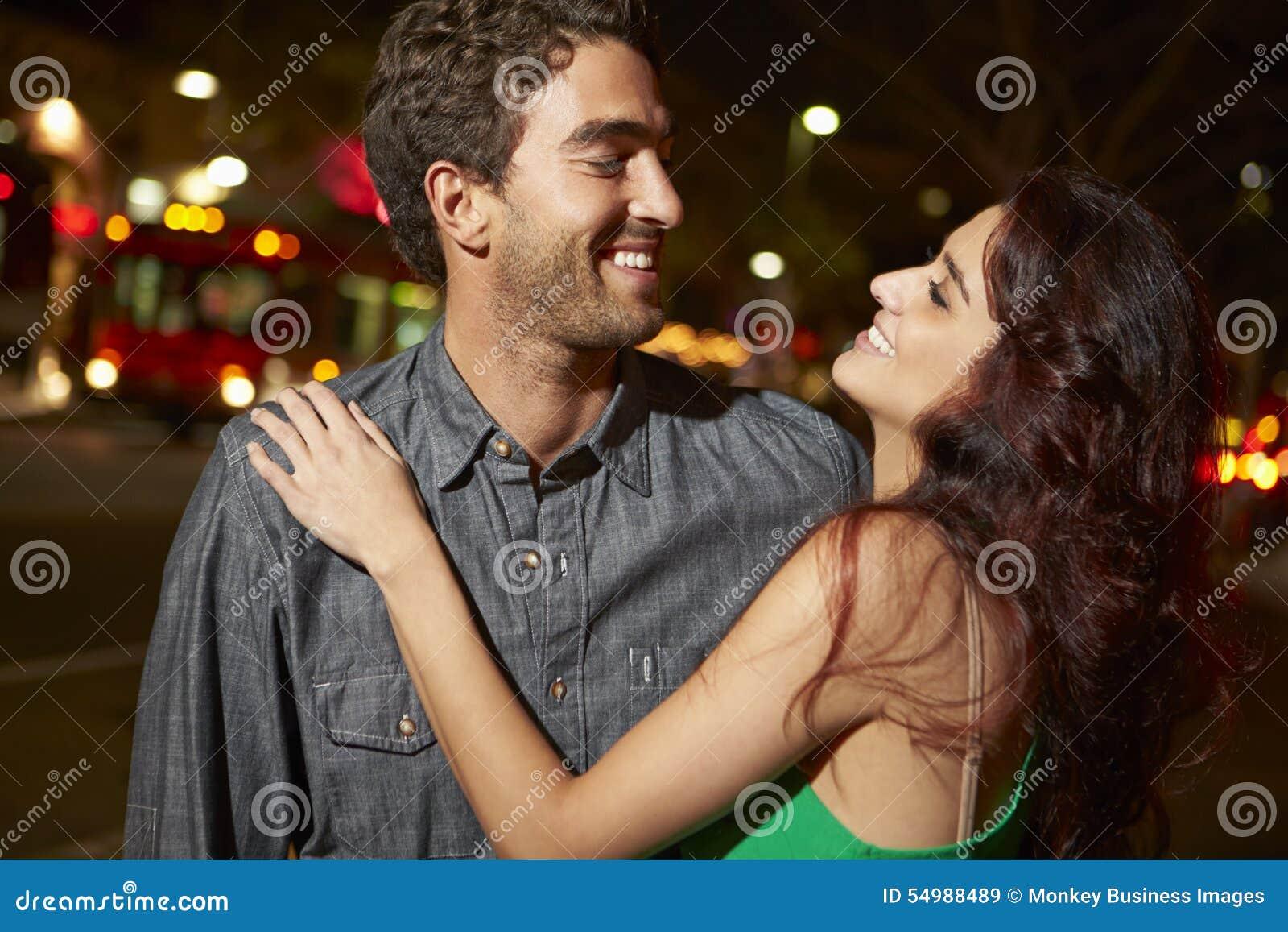 Пары наслаждаясь ночой вне совместно