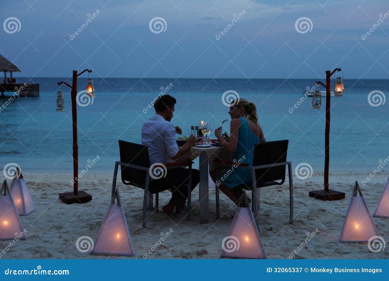 Пары наслаждаясь последней едой в внешнем ресторане