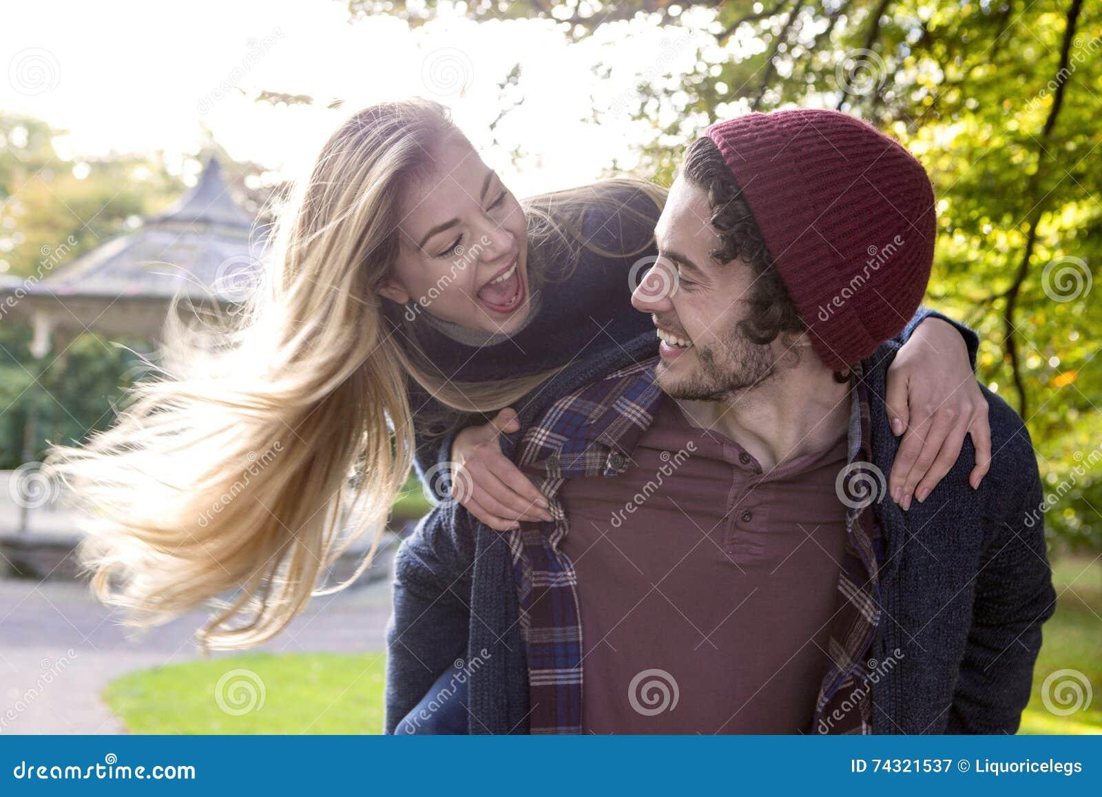 Пары наслаждаясь шаловливой прогулкой