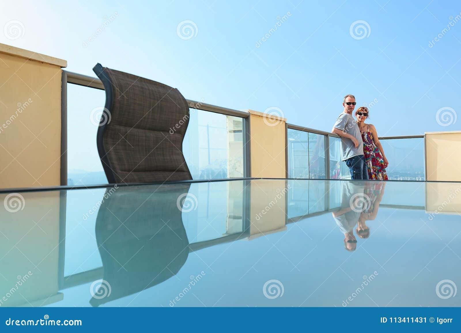 Пары на балконе современного города