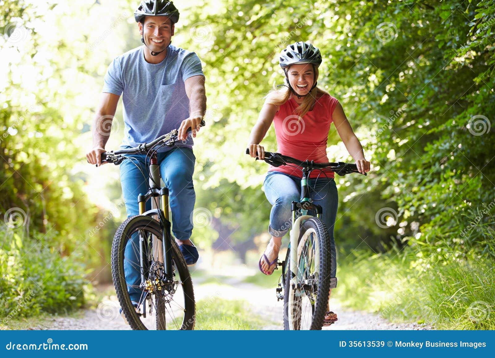 Пары на езде цикла в сельской местности