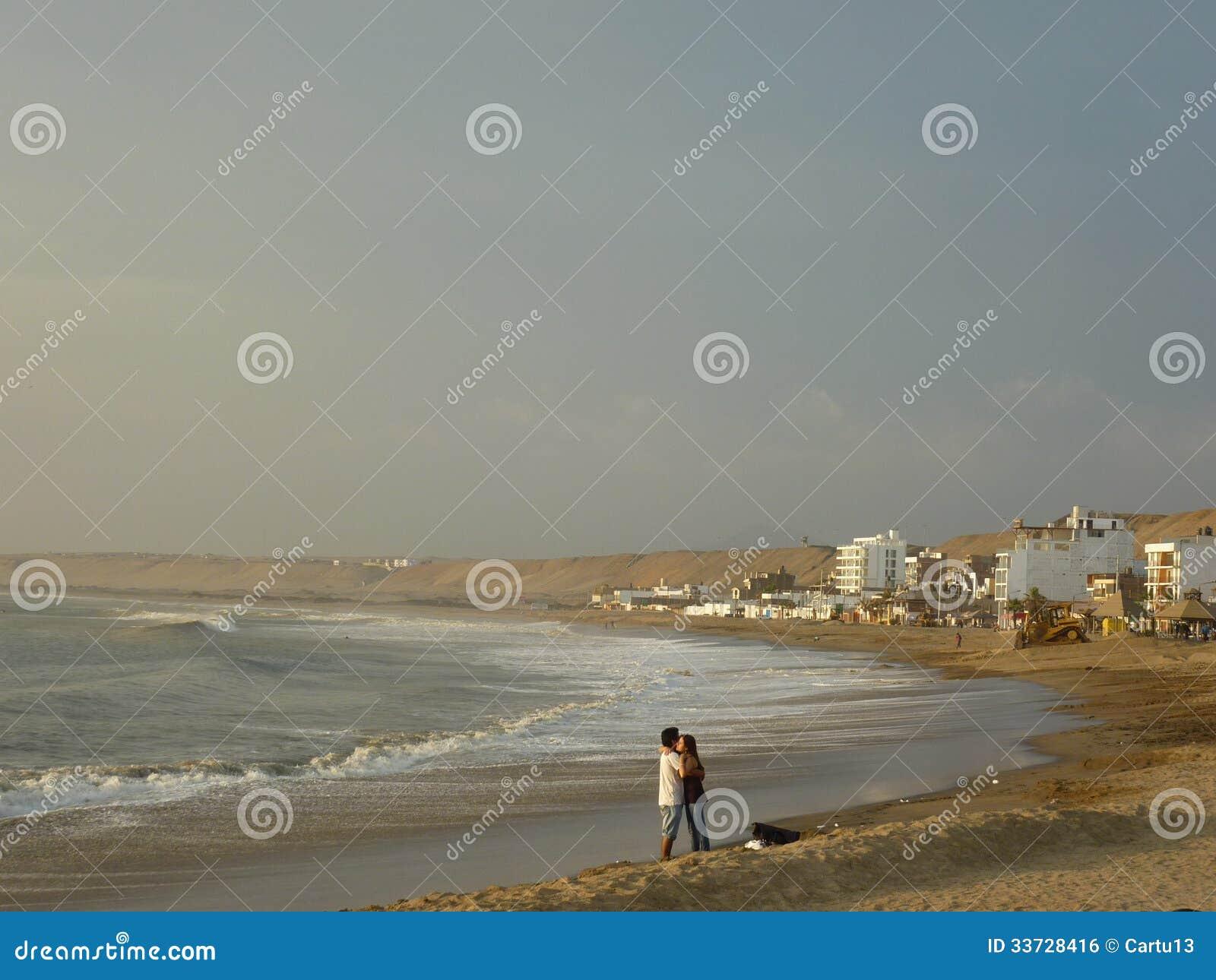 Пары на пляже.