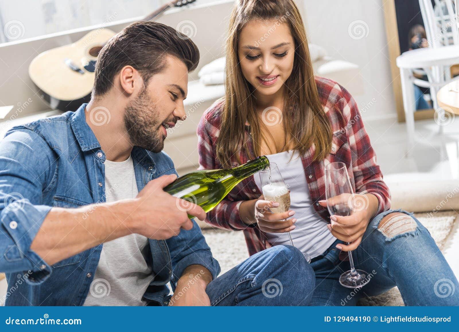 пары на шампанском пола лить